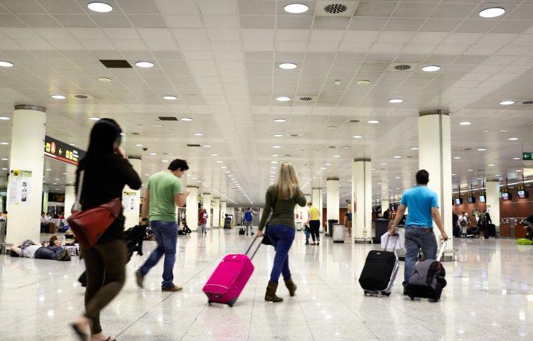 Jak przygotować się do podróży samolotem? - ludzie na lotnisku