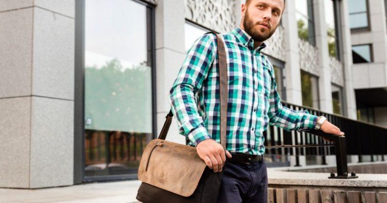 Męski dress code w podróży służbowej – w czym nosić dokumenty?