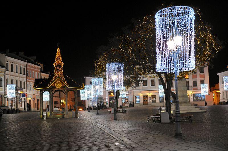 święta w mieście, boże narodzenie w mieście, dekoracje świąteczne w dużym mieście