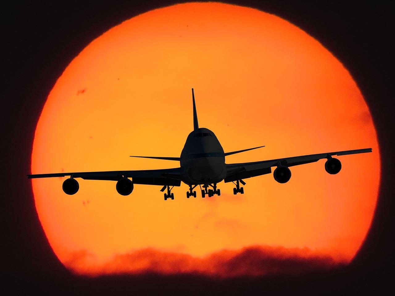 święta za granicą, samolot na tle słońca