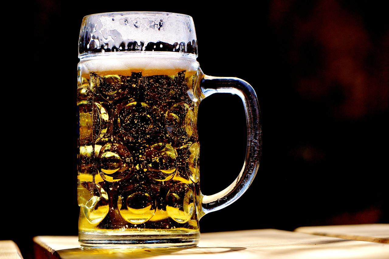 kuchnia niemiecka, kufel piwa na blacie