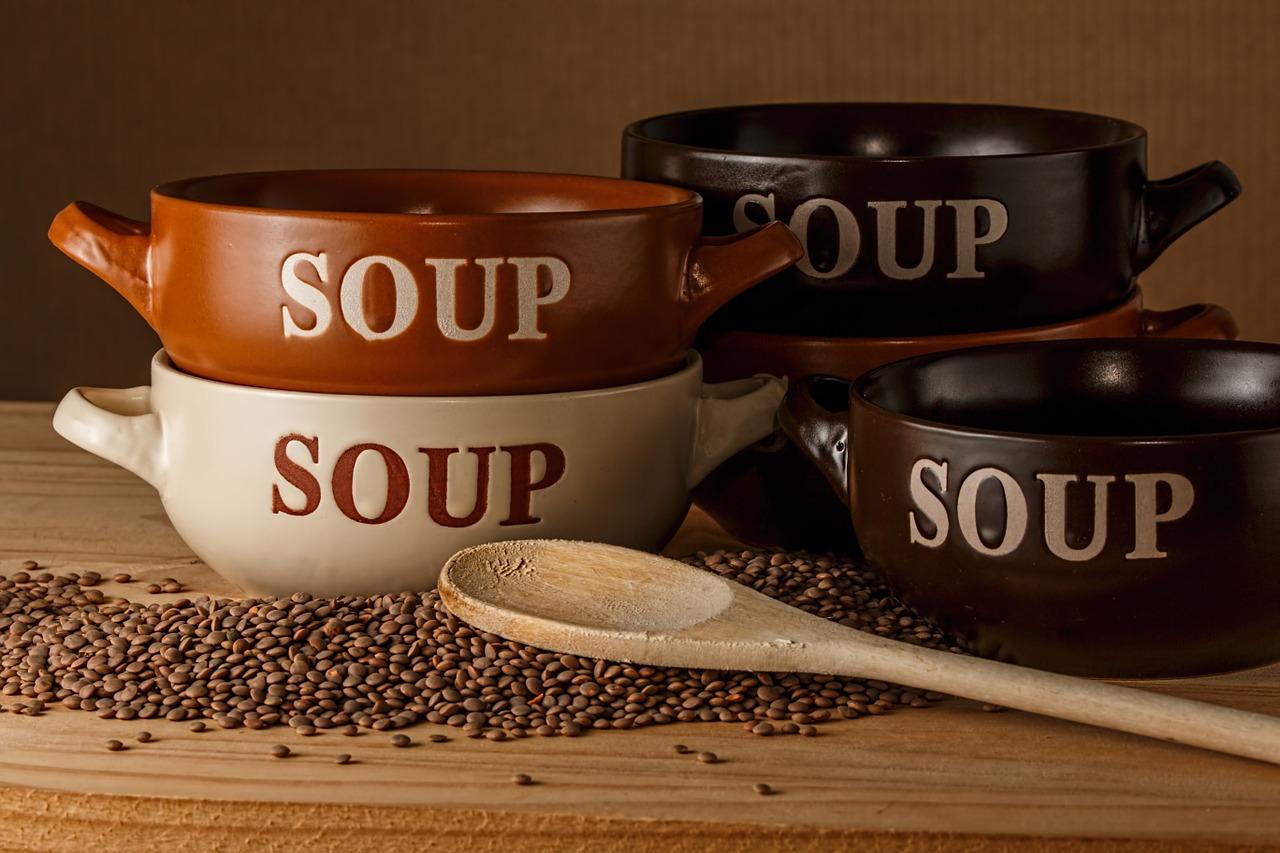 kuchnia niemiecka, miski z napisem zupa, obok drewniana łyżka