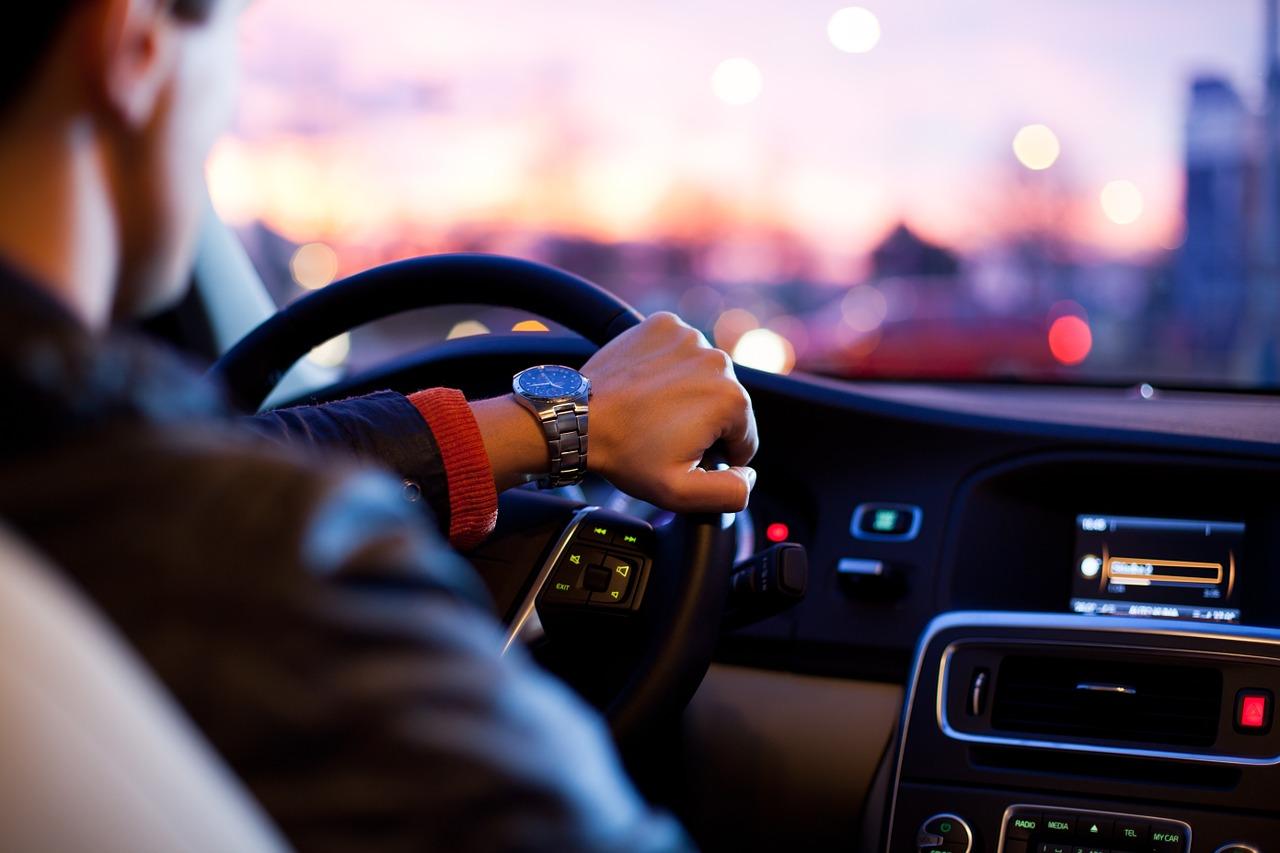 wakacje z biurem podróży czy samodzielnie - mężczyzna prowadzący samochód