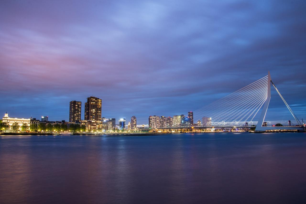 Rotterdam, Atrakcje w Holandii, Widok na miasto z mostem w tle