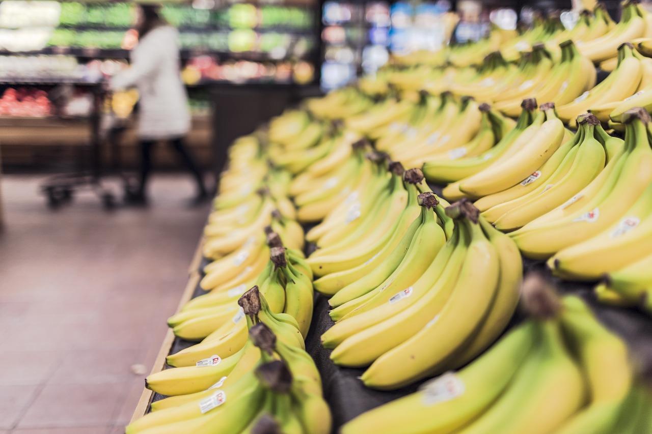 banany w supermarkecie, Tanie podróżowanie, czyli jak nie wydać całych oszczędności na wakacje