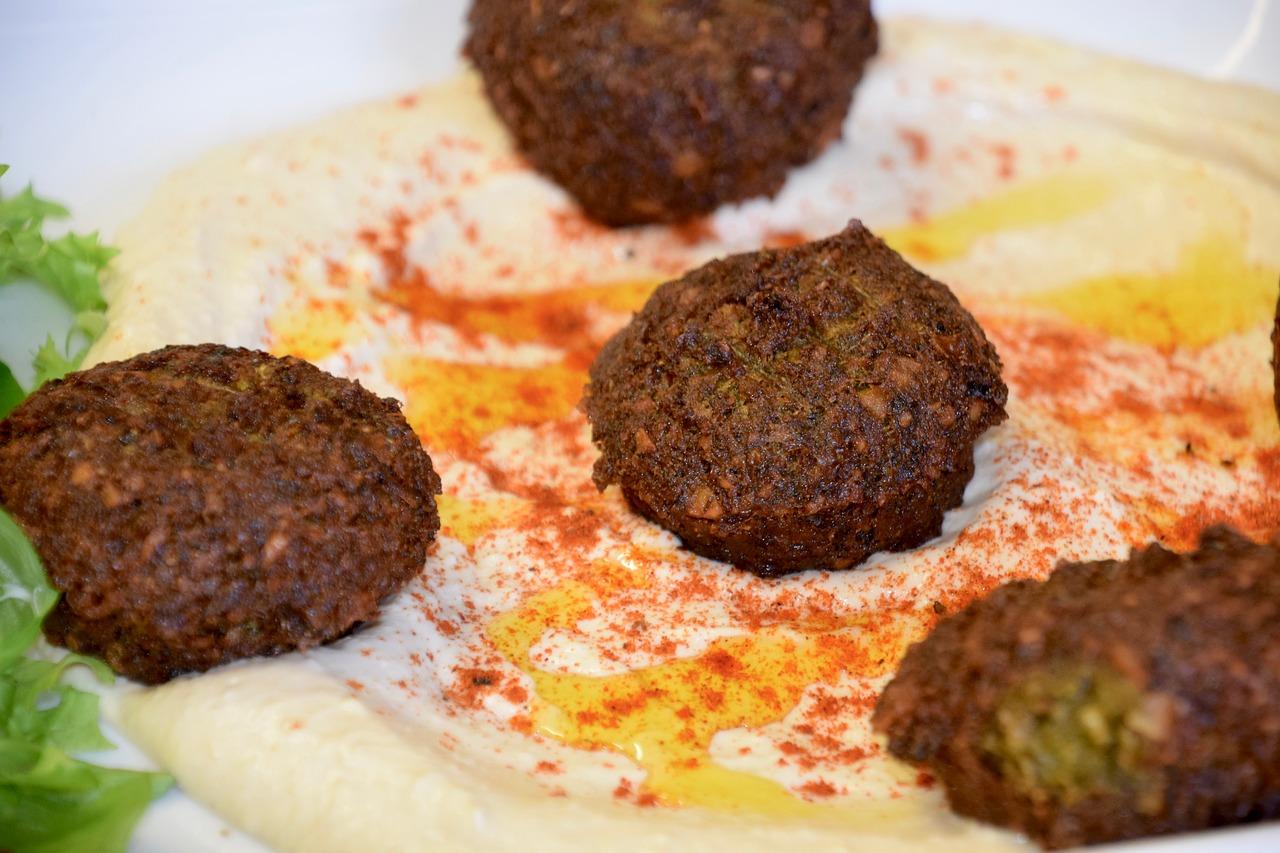 czym charakteryzuje się kuchnia egipska, przepis na falafel, kotleciki ułożone na talerzu