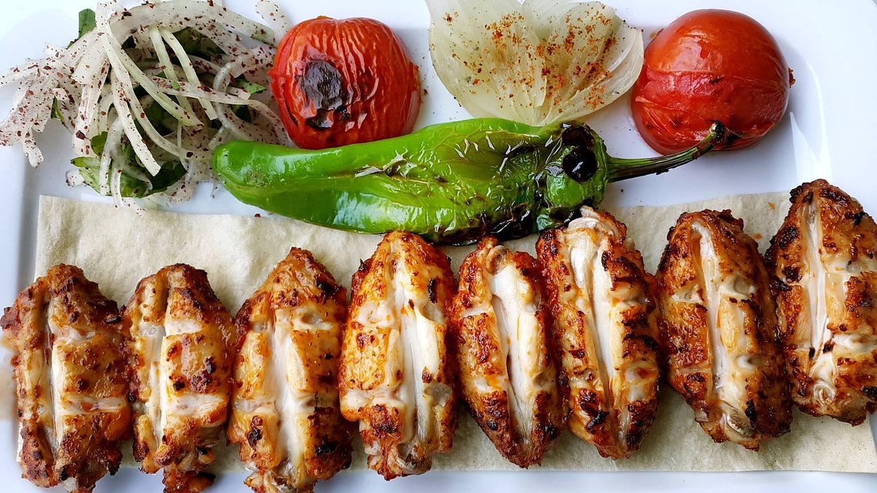 czym charakteryzuje się kuchnia turecka? turecki kebab podany z warzywami