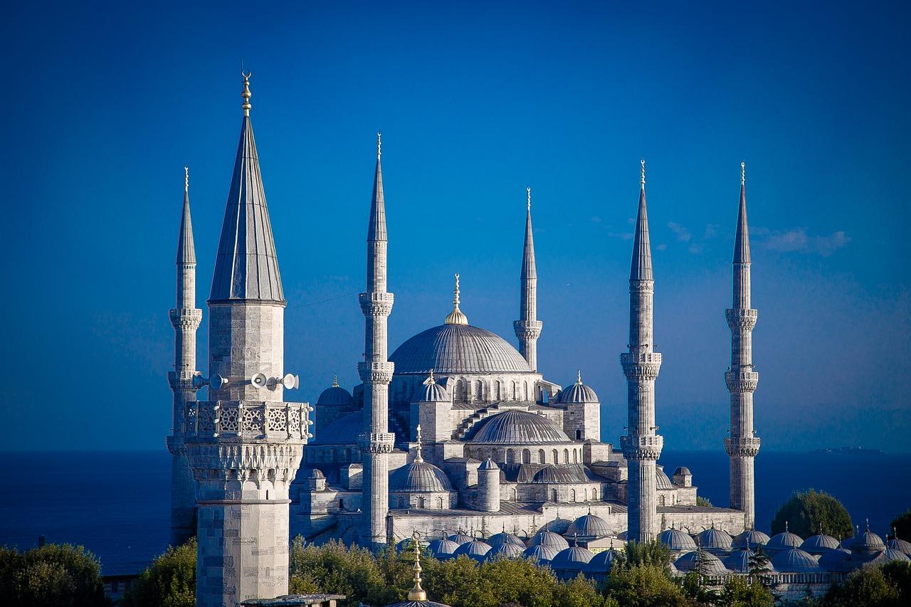 czy warto uczyć się języka tureckiego - biała budowla w Turcji