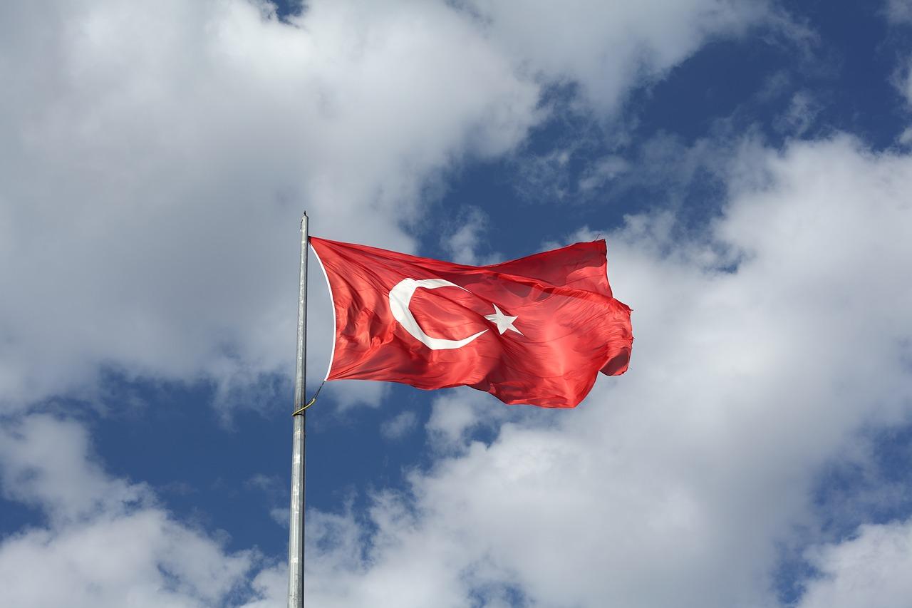 czym charakteryzuje się kuchnia turecka? turecka flaga powiewająca na wietrze